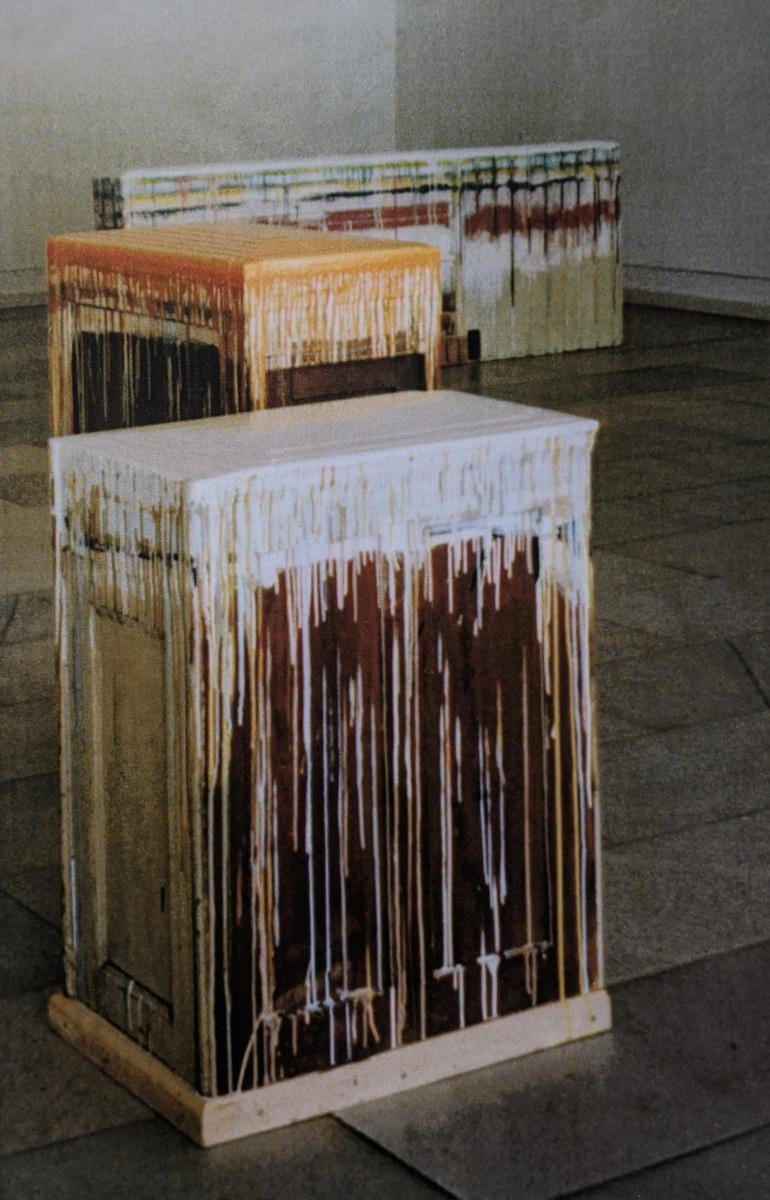 """""""Farbsockel gelb"""", 101x73x44cm - """"Farbsockel beige"""", 88x68x43cm, Acryllack, Holz, Plexi, 1996"""